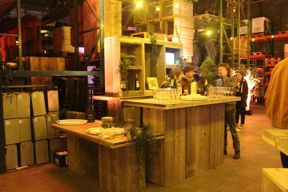 Bar uit steigerhout op personeelsfeest met glazen