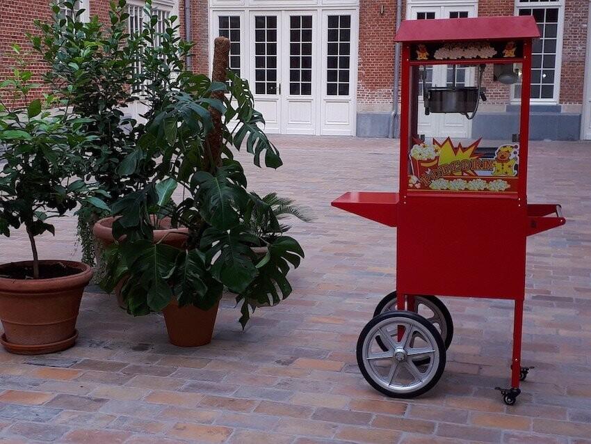 Popcornmachine met onderwagen op locatie