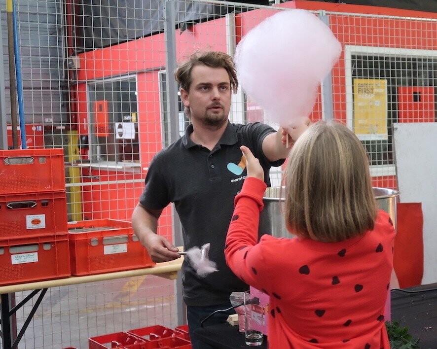 Tomas geeft suikerspin gemaakt met suikerspinmachine aan meisje tijdens personeelsfeest in Antwerpen