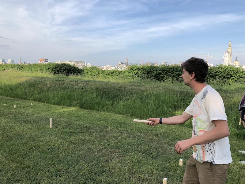 Anton speelt Kubb spel op Linkeroever