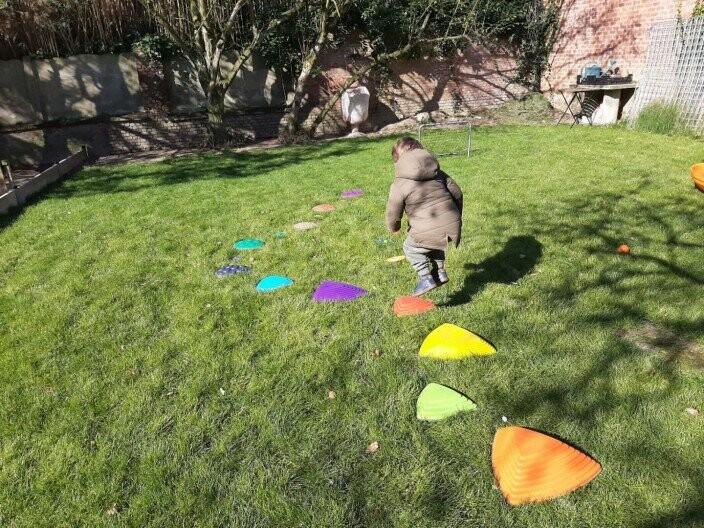 jongen springt over speelrotsen