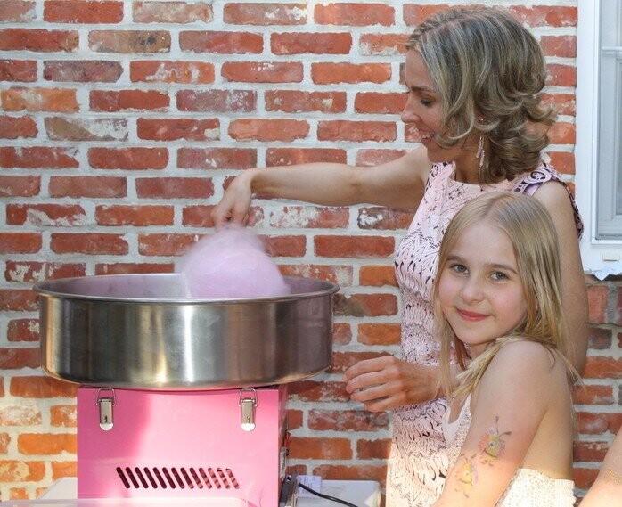 Moeder en dochter maken samen een suikerspin met suikerspinmachine in Schilde