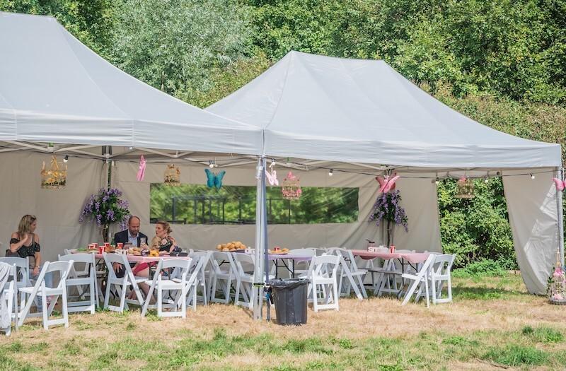 Huwelijksfeest met tent en meubilair