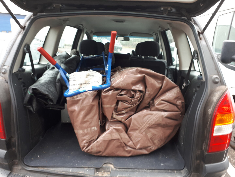 Springkasteel in personenauto