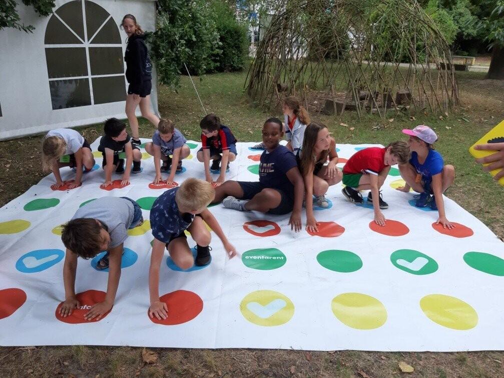 Kinderen spelen op kamp met een xxl twister van Eventa Rent