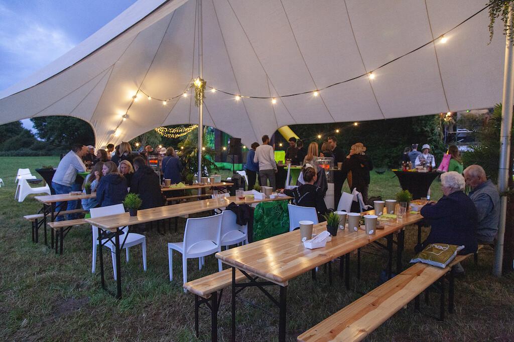 Verjaardagsfeest met stertent, biertafels, stoelen en verlichting